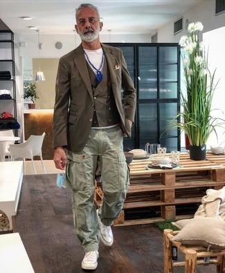 Dunkelblaues bedrucktes Einstecktuch kombinieren – 291 Herren Outfits: Ein braunes Sakko und ein dunkelblaues bedrucktes Einstecktuch sind eine gute Outfit-Formel für Ihre Sammlung. Weiße hohe Sneakers aus Segeltuch fügen sich nahtlos in einer Vielzahl von Outfits ein.