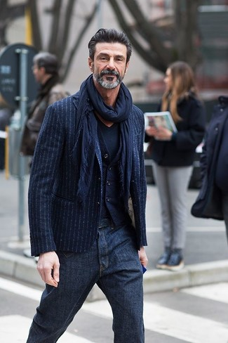 Wie kombinieren: dunkelblaues vertikal gestreiftes Sakko, dunkelblaue Wollweste, dunkelblaues T-Shirt mit einem V-Ausschnitt, dunkelblaue Jeans