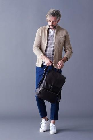 Wie kombinieren: hellbeige Strick Sakko, graue Wollweste mit Karomuster, weißes T-shirt mit einer Knopfleiste, blaue Jeans