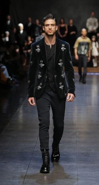 Wie kombinieren: schwarzes besticktes Samtsakko, schwarze Weste, schwarzes T-shirt mit einer Knopfleiste, schwarze Jogginghose