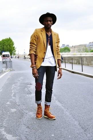 Wie kombinieren: senf Sakko, dunkelblaue Weste, weißes Trägershirt, schwarze Jeans