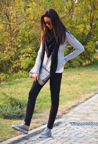 Wie kombinieren: schwarzer Schal, graue Bikerjacke, weißes ärmelloses Oberteil mit Lochstickerei, schwarze Leggings