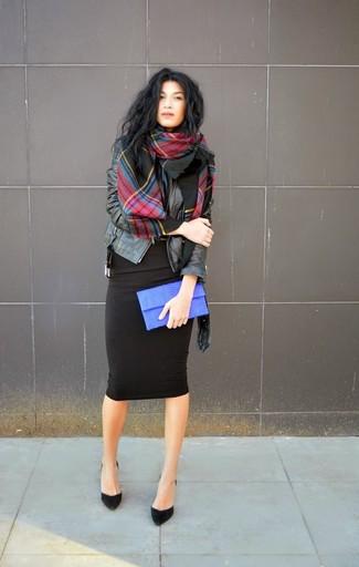 Stola kombinieren – 122 Damen Outfits: Um einen unkompliziertfen und lockeren Look zu erzeugen, vereinigen Sie eine schwarze Leder Bikerjacke mit einer Stola. Schwarze Wildleder Pumps sind eine perfekte Wahl, um dieses Outfit zu vervollständigen.