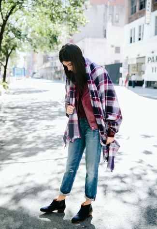 Wie kombinieren: dunkelblauer Schal mit Schottenmuster, dunkelrote Leder Bikerjacke, dunkelroter Pullover mit einem Rundhalsausschnitt, blaue Boyfriend Jeans