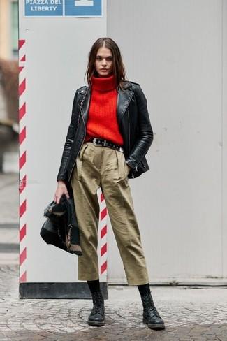 Schwarzen Wildledergürtel kombinieren: trends 2020: Wenn Sie nach dem perfekten legeres Outfit suchen, erwägen Sie das Tragen von einer schwarzen Leder Bikerjacke und einem schwarzen Wildledergürtel. Fühlen Sie sich ideenreich? Komplettieren Sie Ihr Outfit mit schwarzen flache Stiefel mit einer Schnürung aus Leder.