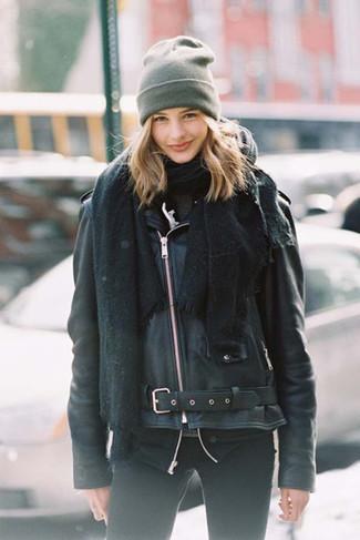 Wie kombinieren: schwarzer Schal, schwarze Leder Bikerjacke, dunkelgrauer Rollkragenpullover, schwarze enge Jeans