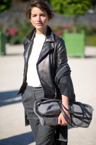 Wie kombinieren: dunkelgrauer Schal mit Karomuster, schwarze Leder Bikerjacke, weißes T-Shirt mit einem Rundhalsausschnitt, dunkelgraue Wollanzughose