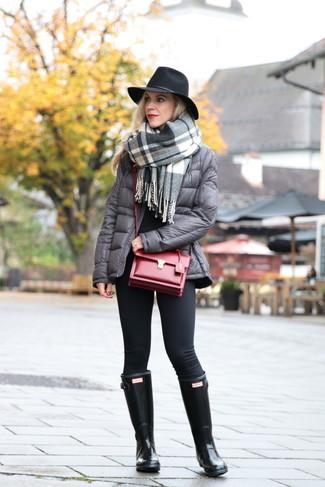 Schwarze Gummistiefel kombinieren – 40 Damen Outfits: Eine graue Daunenjacke und schwarze Leggings sind absolut Casual-Basics und können mit einer Vielzahl von Stücken gepaart werden, um ein schickes Alltags-Outfit zu erzeugen. Wenn Sie nicht durch und durch formal auftreten möchten, entscheiden Sie sich für schwarzen Gummistiefel.