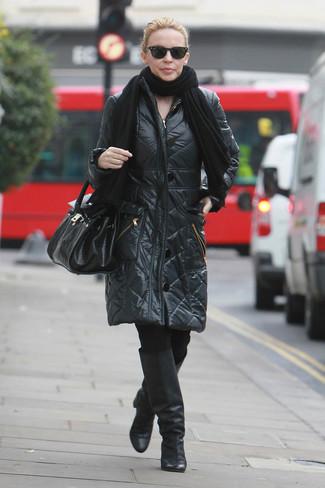 Wie kombinieren: schwarzer Schal, schwarzer Daunenmantel, schwarze Leggings, schwarze kniehohe Stiefel aus Leder