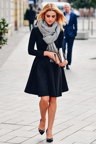 Wie kombinieren: grauer Schal, schwarzes Langarmshirt, schwarzer Skaterrock, schwarze Wildleder Pumps mit Ausschnitten