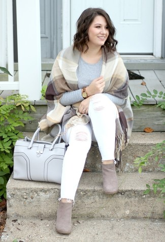 Wie kombinieren: beige Schal mit Schottenmuster, graues Langarmshirt, weiße enge Jeans mit Destroyed-Effekten, graue Wildleder Stiefeletten