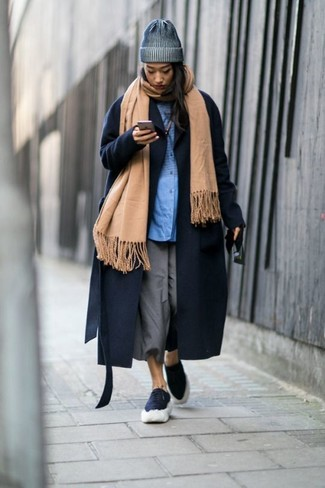 Wie kombinieren: beige Schal, dunkelblauer Mantel, blaues Businesshemd, grauer Hosenrock