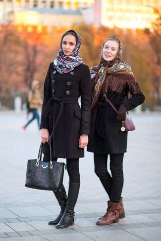 Wie kombinieren: brauner Schal mit Blumenmuster, schwarzer Mantel, schwarze enge Jeans, braune flache Stiefel mit einer Schnürung aus Leder