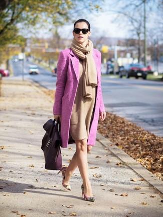 Rosa Mantel kombinieren – 153 Damen Outfits: Probieren Sie diese Kombination aus einem rosa Mantel und einem beige Wolletuikleid, um eine entspannte Stimmung zu schaffen. Hellbeige Leder Pumps mit Blumenmuster sind eine gute Wahl, um dieses Outfit zu vervollständigen.