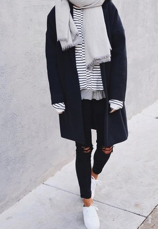 Wie kombinieren: grauer Schal, dunkelblauer Mantel, weißes und dunkelblaues horizontal gestreiftes Langarmshirt, schwarze enge Jeans mit Destroyed-Effekten