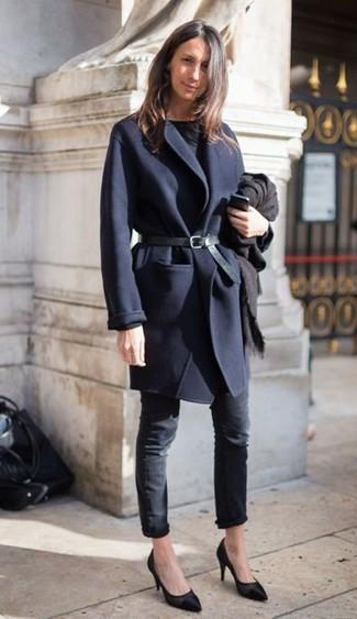 Stola kombinieren – 122 Damen Outfits: Probieren Sie diese Kombination aus einem dunkelblauen Mantel und einer Stola, um einen legeren Look zu erzeugen. Dieses Outfit passt hervorragend zusammen mit schwarzen Leder Pumps.
