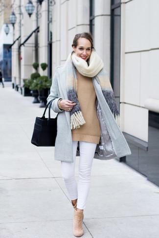 Wie kombinieren: hellblauer Schal, hellblauer Mantel, beige Oversize Pullover, weiße enge Jeans