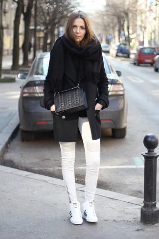 Stola kombinieren – 122 Damen Outfits: Ein schwarzer Mantel und eine Stola sind absolut Alltags-Essentials und können mit einer Vielzahl von Stücken kombiniert werden. Vervollständigen Sie Ihr Look mit weißen Leder niedrigen Sneakers.