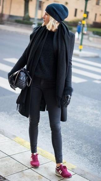 Wie kombinieren: schwarzer Schal, schwarzer Mantel, schwarzer flauschiger Pullover mit einem Rundhalsausschnitt, dunkelgraue enge Jeans
