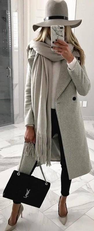 Graue Stola kombinieren – 43 Damen Outfits: Um einen schlichten und entspannten Trend-Look zu erhalten, vereinigen Sie einen grauen Mantel mit einer grauen Stola. Dieses Outfit passt hervorragend zusammen mit grauen Wildleder Pumps.