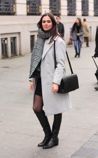Wie kombinieren: grauer Schal mit Schottenmuster, grauer Mantel, grauer Pullover mit einem Rundhalsausschnitt, schwarzer Minirock