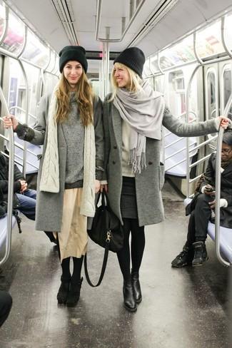 Stola kombinieren – 122 Damen Outfits: Möchten Sie einen interessanten Alltags-Look zaubern, ist diese Kombi aus einem grauen Mantel und einer Stola ganz ideal. Komplettieren Sie Ihr Outfit mit schwarzen Leder Stiefeletten.