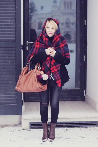 Wie kombinieren: roter und dunkelblauer Schal mit Schottenmuster, schwarzer Mantel, schwarzer Strick Rollkragenpullover, dunkelgraue enge Jeans mit Destroyed-Effekten