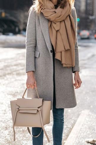 Stola kombinieren – 122 Damen Outfits: Wenn Sie ein lockeres Alltags-Outfit erreichen müssen, erwägen Sie das Tragen von einem grauen Mantel und einer Stola.