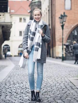 Wie kombinieren: grauer Schal mit Schottenmuster, grauer Mantel, grauer Rollkragenpullover, hellblaue enge Jeans