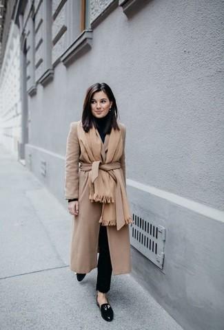 Stola kombinieren – 122 Damen Outfits: Probieren Sie die Paarung aus einem beige Mantel und einer Stola, um eine gemütliche Atmosphäre zu schaffen. Ergänzen Sie Ihr Outfit mit schwarzen Leder Slippern, um Ihr Modebewusstsein zu zeigen.