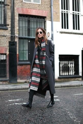 Wie kombinieren: roter und weißer horizontal gestreifter Schal, dunkelgrauer Mantel, schwarzer Rollkragenpullover, schwarze enge Jeans