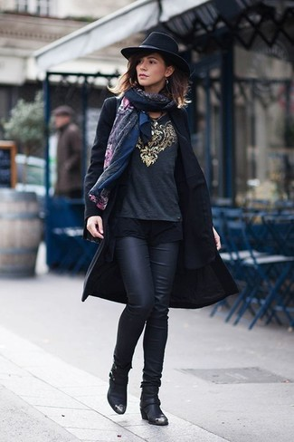 Stola kombinieren – 122 Damen Outfits: Ein schwarzer Mantel und eine Stola haben ein gelassenes Flair und komplementieren so Ihre Casual-Garderobe. Dieses Outfit passt hervorragend zusammen mit schwarzen Leder Stiefeletten.