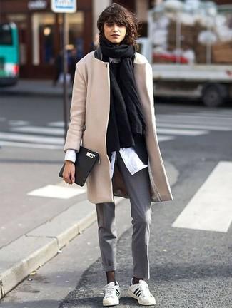 Wie kombinieren: schwarzer Schal, hellbeige Mantel, schwarzes Sakko, schwarzer Pullover mit einem Rundhalsausschnitt
