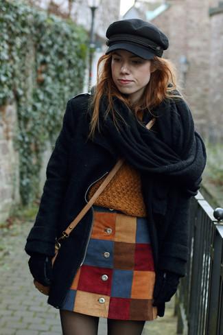 Ein Schwarzer Mantel und ein Mehrfarbiger Rock mit Knöpfen mit Flicken sind eine gute Outfit-Formel für Ihre Sammlung.