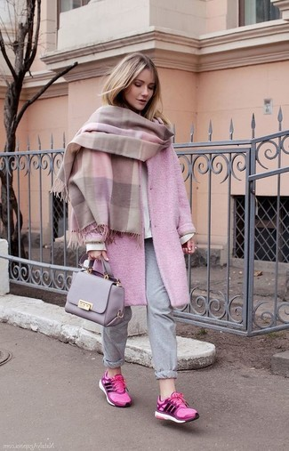 Wie kombinieren: rosa Schal, rosa Mantel, weißes Sweatshirt, graue Jogginghose