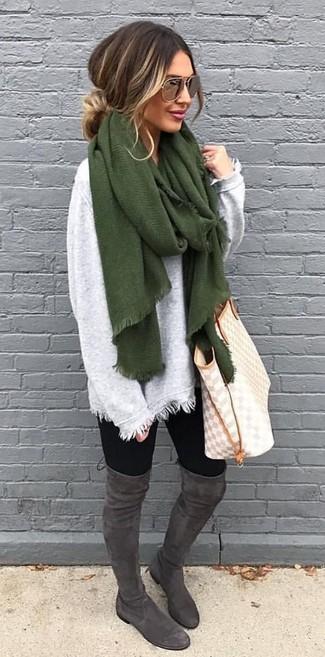 Wie kombinieren: olivgrüner Schal, grauer Oversize Pullover, schwarze Leggings, dunkelgraue Overknee Stiefel aus Wildleder