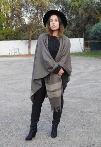 Schwarze kniehohe Stiefel aus Leder kombinieren – 1 Lässige Damen Outfits: Entscheiden Sie sich für einen dunkelgrauen Strick Oversize Pullover und schwarzen Leggings, um einen tollen ultralässigen Alltags-Look zu zaubern. Schwarze kniehohe Stiefel aus Leder putzen umgehend selbst den bequemsten Look heraus.