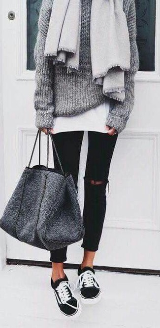 Stola kombinieren – 122 Damen Outfits: Wahlen Sie einen grauen Strick Oversize Pullover und eine Stola für ein super entspanntes City-Outfit, das, Charme und Charakter vermittelt. Fühlen Sie sich mutig? Ergänzen Sie Ihr Outfit mit schwarzen und weißen niedrigen Sneakers.