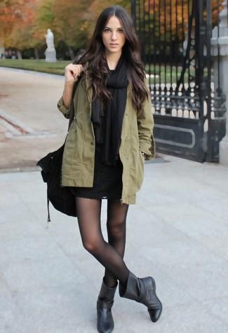 Schwarze Stola kombinieren – 32 Damen Outfits: Probieren Sie die Kombination aus einem olivgrünen Parka mit einem Schwalbenschwanz und einer schwarzen Stola, um einen hübschen entspannten Alltags-Look zu schaffen. Schwarze Leder mittelalte Stiefel bringen Eleganz zu einem ansonsten schlichten Look.