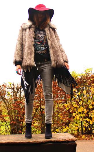 Stola kombinieren – 122 Damen Outfits: Um ein stilvolles, entspanntes Outfit zu erhalten, kombinieren Sie eine hellbeige Pelzjacke mit einer Stola. Schwarze Wildleder Stiefeletten fügen sich nahtlos in einer Vielzahl von Outfits ein.