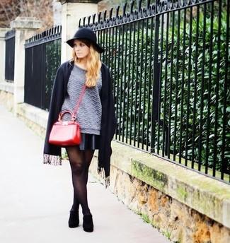 Stola kombinieren – 122 Damen Outfits: Kombinieren Sie einen grauen gesteppten Pullover mit einem Rundhalsausschnitt mit einer Stola, um wahrhaft cool auszusehen. Komplettieren Sie Ihr Outfit mit schwarzen Wildleder Stiefeletten.