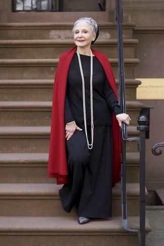 Wie kombinieren: roter Schal, schwarzer Pullover mit einem Rundhalsausschnitt, schwarze weite Hose, dunkelgraue Leder Pumps