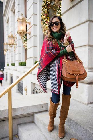 Wie kombinieren: roter und dunkelblauer Schal mit Schottenmuster, dunkelgrüner Strick Rollkragenpullover, dunkelblaue enge Jeans, braune Overknee Stiefel aus Wildleder