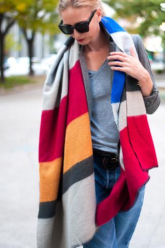 Wie kombinieren: mehrfarbiger horizontal gestreifter Schal, graues Sakko, graues T-Shirt mit einem V-Ausschnitt, blaue Boyfriend Jeans