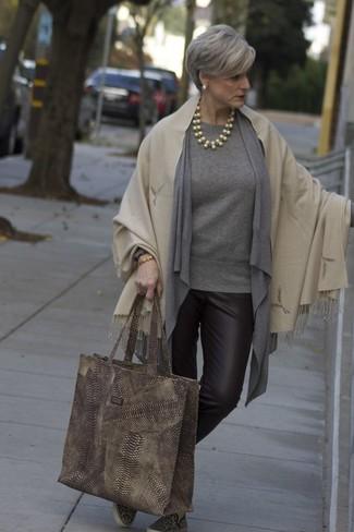 Wie kombinieren: hellbeige Schal, graue Strickjacke mit einer offenen Front, grauer Pullover mit einem Rundhalsausschnitt, dunkelbraune enge Hose aus Leder