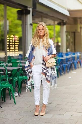 Wie kombinieren: weißer und blauer horizontal gestreifter Schal, hellbeige T-Shirt mit einem Rundhalsausschnitt, weiße Chinohose, hellbeige Leder Pumps