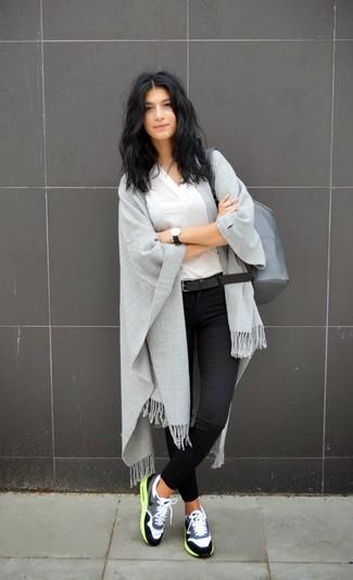Grauen Leder Rucksack kombinieren – 1 Lässige Damen Outfits warm Wetter: Paaren Sie ein weißes T-Shirt mit einem V-Ausschnitt mit einem grauen Leder Rucksack, umein entspanntes Outfit zu schaffen, der im Kleiderschrank der Frau auf keinen Fall fehlen darf. Wenn Sie nicht durch und durch formal auftreten möchten, vervollständigen Sie Ihr Outfit mit grauen Sportschuhen.