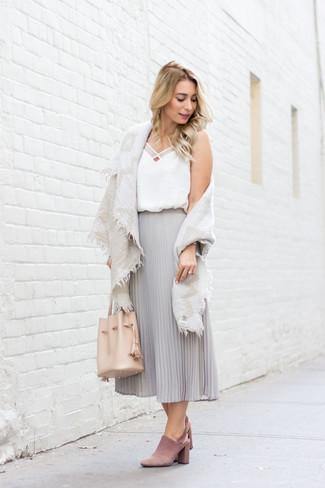 Wie kombinieren: hellbeige Baumwollschal, weißes Seide Trägershirt, grauer Falten Midirock aus Chiffon, rosa Wildleder Pantoletten