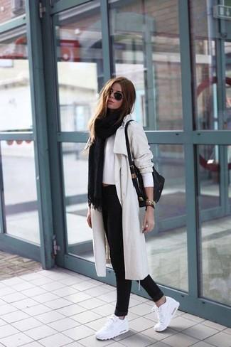 Weiße Sportschuhe kombinieren – 122 Damen Outfits: Möchten Sie einen legeren Look erhalten, ist diese Kombination aus einem hellbeige Trenchcoat und schwarzen engen Jeans ganz besonders gut. Fühlen Sie sich ideenreich? Ergänzen Sie Ihr Outfit mit weißen Sportschuhen.