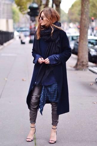Schwarze Stola kombinieren – 32 Damen Outfits: Ein dunkelblauer Trenchcoat und eine schwarze Stola sind Alltags-Essentials, die Ihrer Garderobe das gewisse Etwas verleihen. Schwarze Leder Sandaletten sind eine großartige Wahl, um dieses Outfit zu vervollständigen.